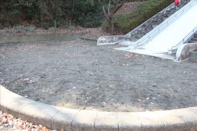 ジャンボ滑り台着地点の砂場