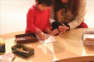 塗り絵コーナーでママと塗り絵を楽しむ