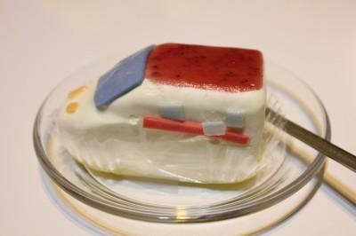 つばめ新幹線ケーキ横からの写真