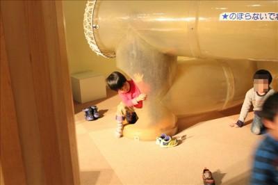 トンネルの遊具で遊ぶ3歳児