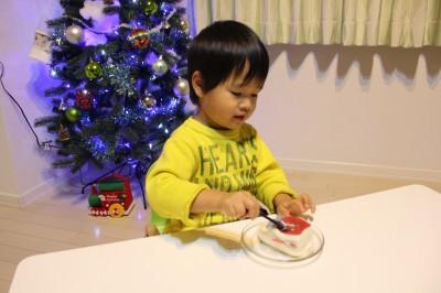 新幹線ケーキを食べる2歳児
