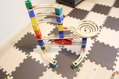 ビー玉を転がして遊ぶボーネルンドの知育玩具クアドリラ組立て後の写真