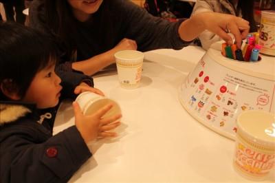 マイカップにお絵かきする3歳児