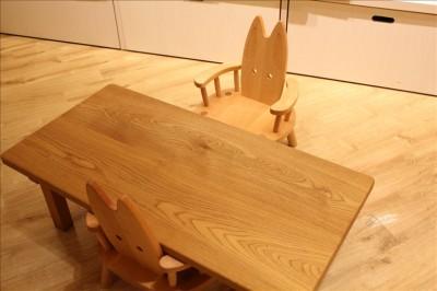 かわいいキツネの木の椅子とテーブル