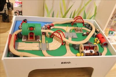 木のレールの玩具の展示コーナー