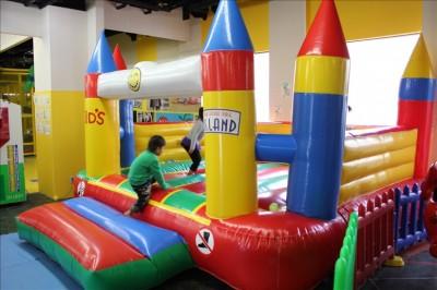 屋内遊技場の定番フワフワ遊具