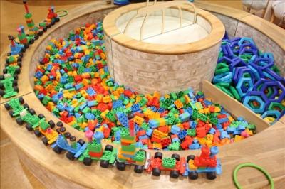 ブロックを組み立てて遊ぶコーナー