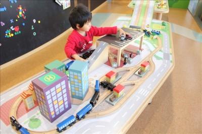 車や電車を走らせる木のレールのおもちゃ