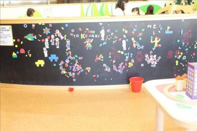 壁に磁石をくっつけて遊ぶ