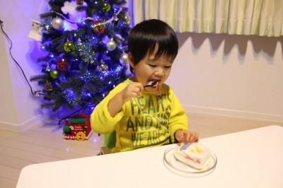 新幹線ケーキを食べる瞬間
