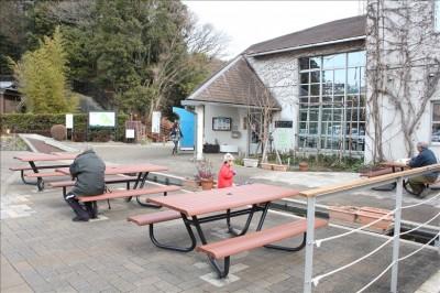 パークセンター前のテーブルとベンチ