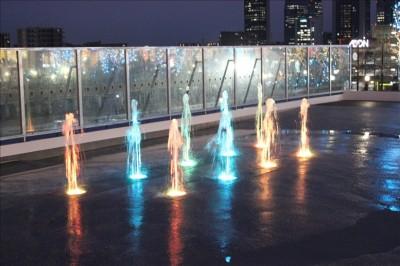 夜の屋外の色鮮やかな噴水