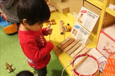 未来屋書店のブースにある木琴や太鼓
