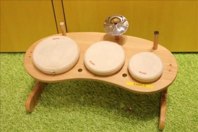 木で作られたシンプルなドラムセット