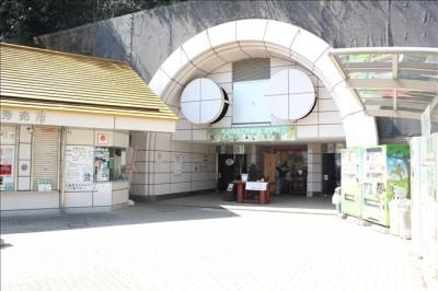 動物園入口と券売機の写真