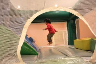 トランポリンで跳ねる3歳