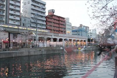 大岡川に映るちょうちんの灯り