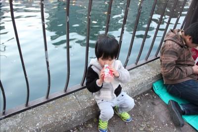 大岡川沿いでジュースを飲む息子