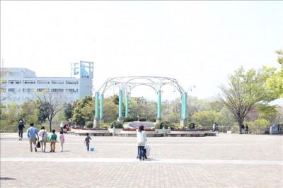 麻溝公園入口広場の様子