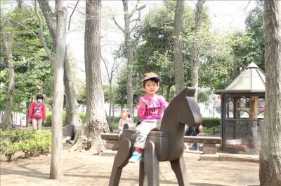 木の馬に乗った3歳児。記念撮影