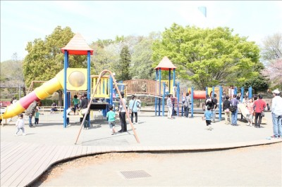 麻溝公園遊具広場で子供達が遊ぶ様子