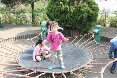 あまり跳ねないトランポリンで遊ぶ3歳児