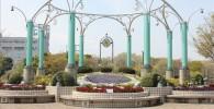 時のロトンダ:センター広場の大花壇と時計