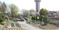 橋から見える花の谷とグリーンタワー
