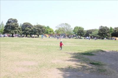 芝生広場を駆け抜ける3歳児