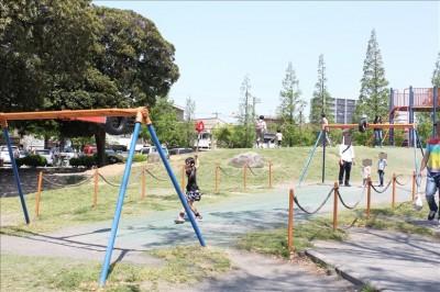 ターザンロープで遊ぶ子供たち