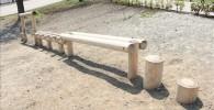 丸太で作られたアスレチック遊具