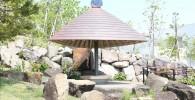 のんびりできる帰真園の屋根付きベンチ