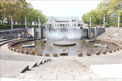 保土ヶ谷公園噴水広場を正面から撮影