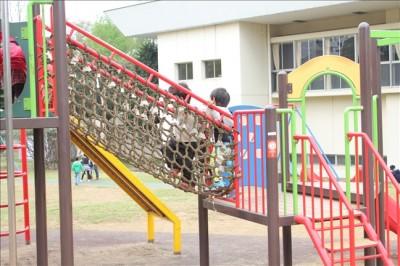 網の橋を渡る子供達