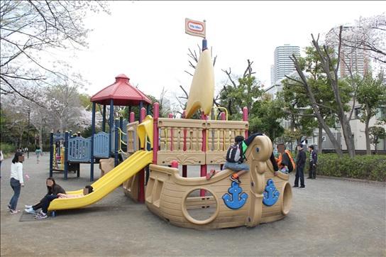 冒険広場の船の形の遊具