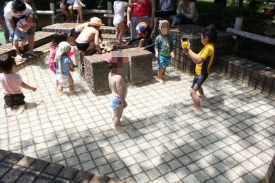 中原平和公園で水遊びをする子供たち