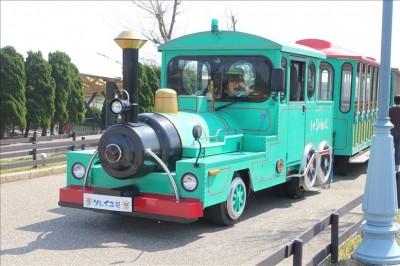 園内を走るトレインバス