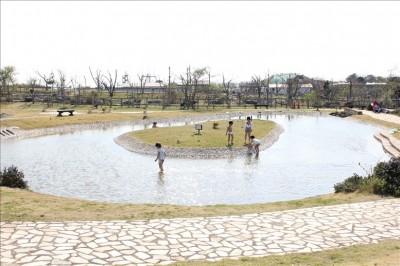 じゃぶじゃぶ池で水遊び