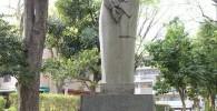 一衣帯水という名前の石像。二人が寄り添っている