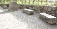 【21世紀の森】石のベンチが並んでいます。