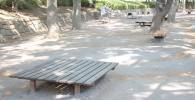 遊具広場の休憩できる大型ベンチ