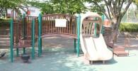 幼児向けの遊具。ツインの滑り台と架け橋