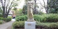 【四季園】右手に鳩をのせた人物の銅像