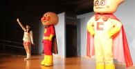 ステージ上にアンパンマンとクリームパンダ
