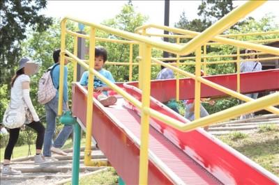 ロングローラー滑り台で遊ぶ3歳児