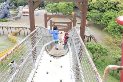 冒険ランドのアスレチックに挑戦する3歳児
