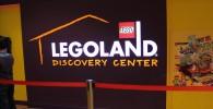 レゴランド入場口の壁に「LEGOLAND DISCOVERY CENTER」と書かれています。