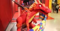 真っ赤な羽が生えている巨大ドラゴン。すべてブロックでできています。