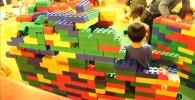 レンガくらいの大きさのレゴブロックでお家作りもできます