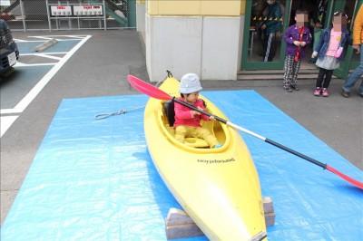 カヌーに乗る3歳児